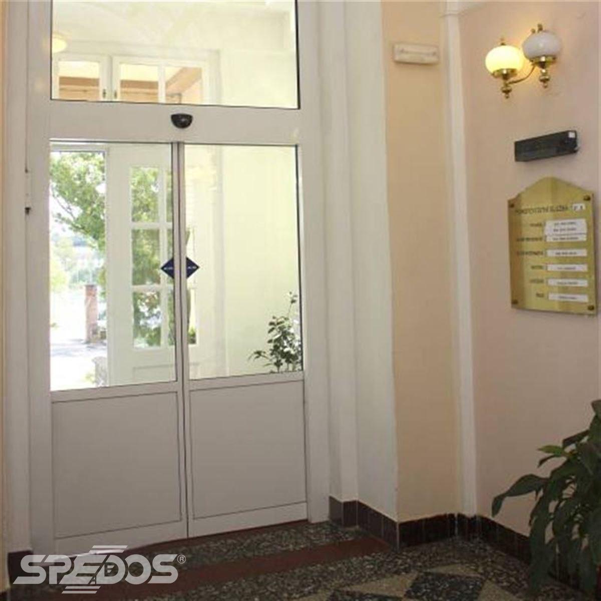 Automatické posuvné dveře s dvěma křídly