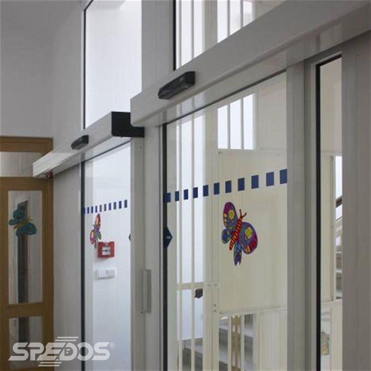 Jednokřídlé automatické dveře s polepem