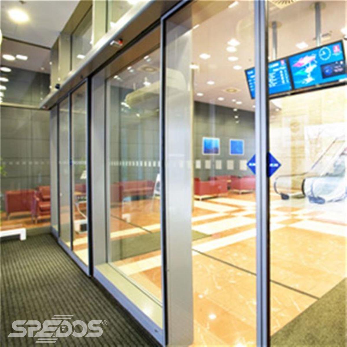 Automatické posuvné dveře v obchodním centru