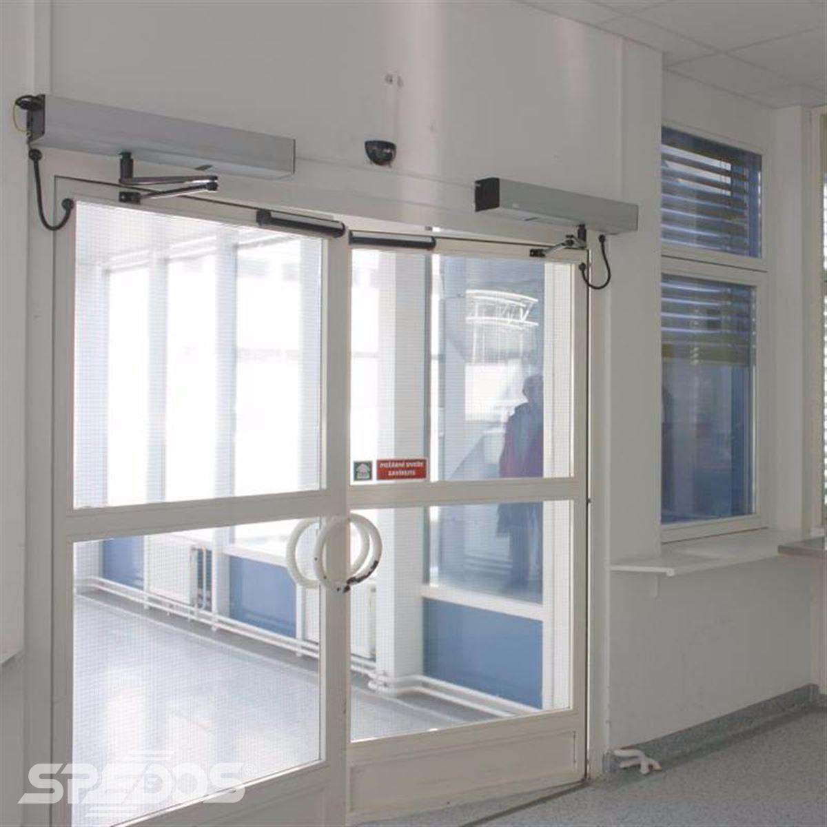 Automatické otočné protipožární dveře s dvěma křídly