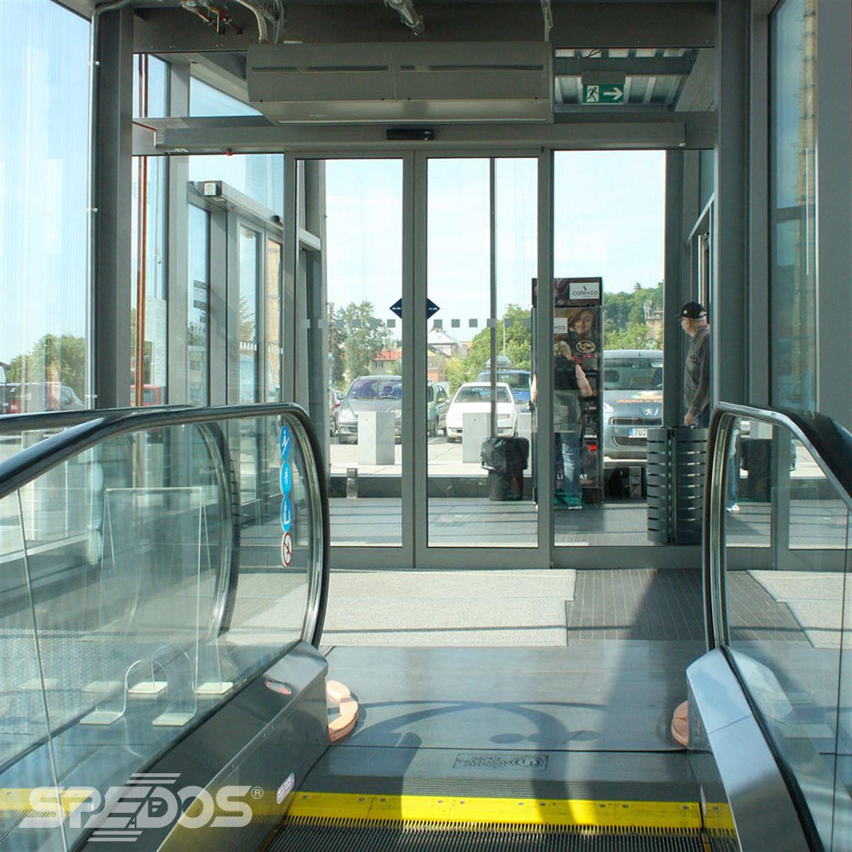 Dvoukřídlé automatické dveře před parkovištěm