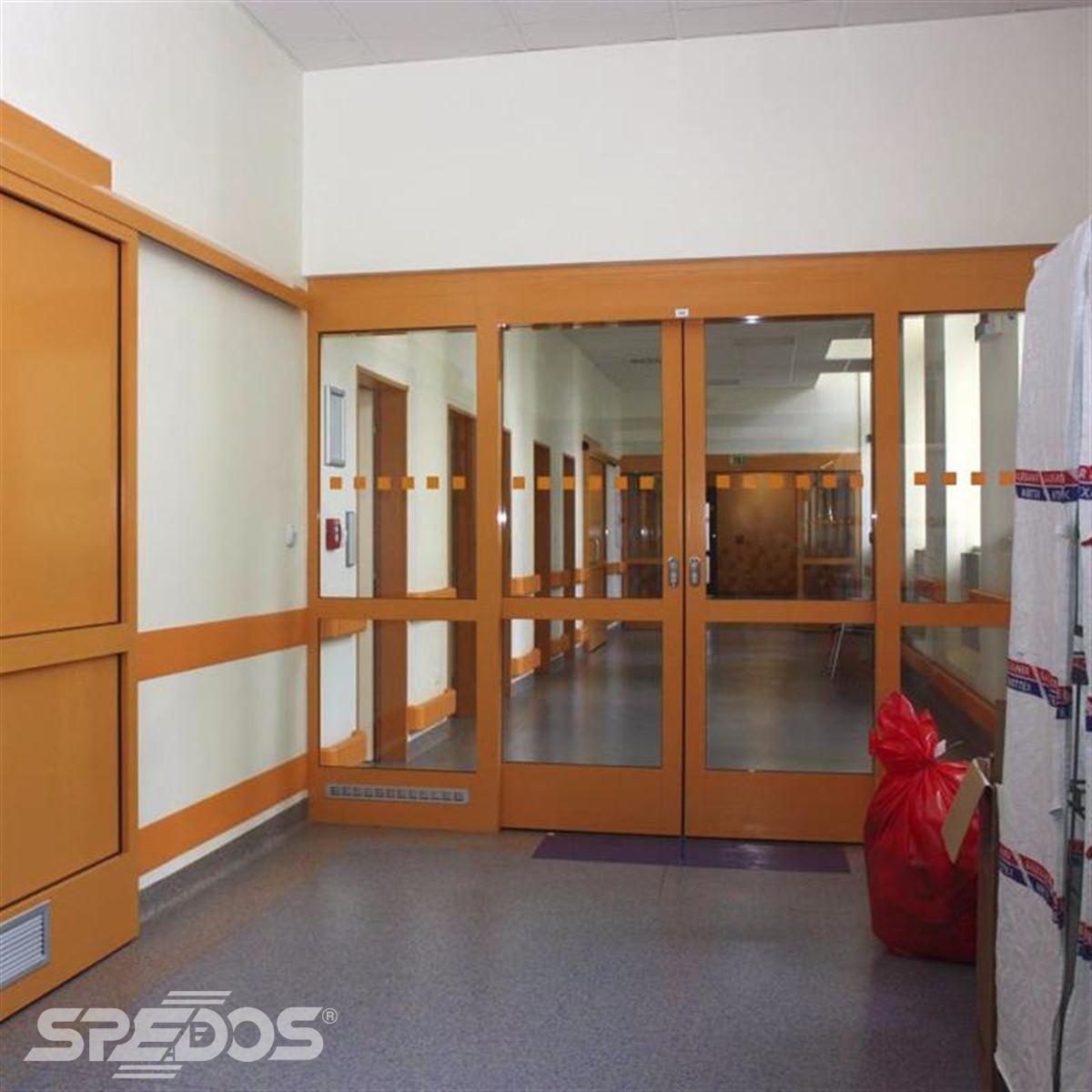Dvoukřídlé automatické dveře v béžové barvě
