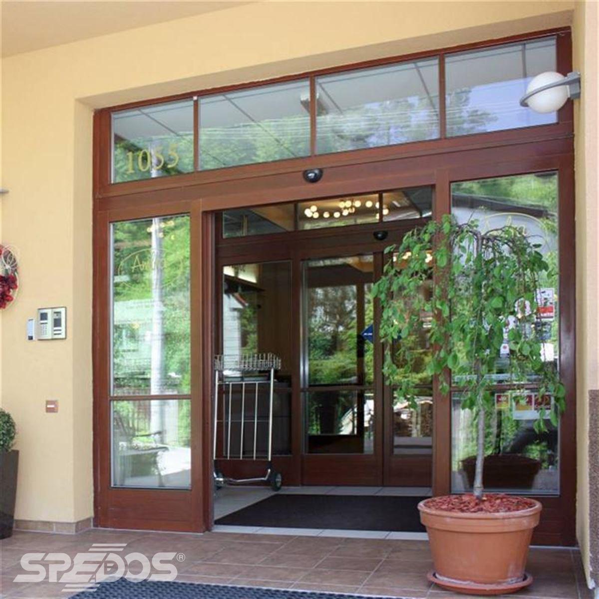 prosklený dveřní portál pro hotel AMBRA 2