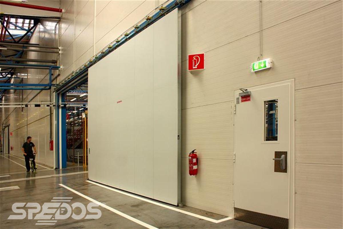 protipožární posuvné vrata v hale