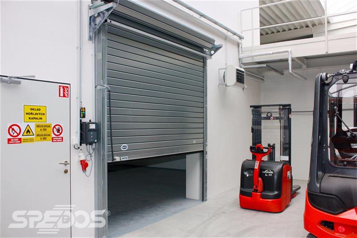 protipožární rolovací vrata ve skladu