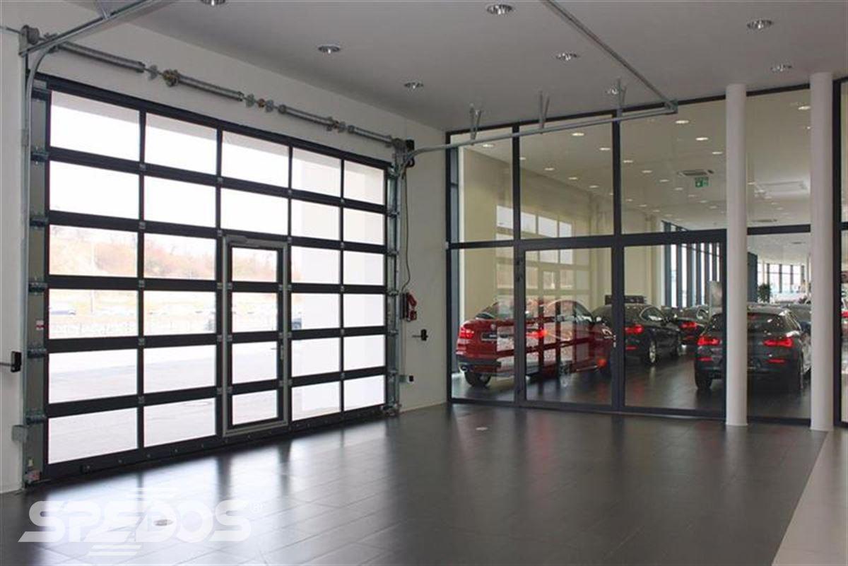 průmyslová sekční vrata pro autoprodejnu