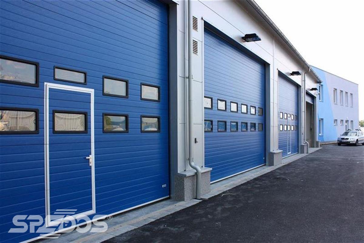 průmyslová sekční vrata s dveřmi a okénky