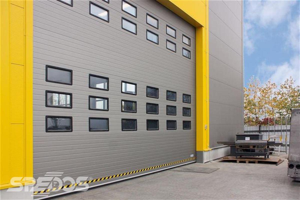 průmyslová sekční vrata s okénky
