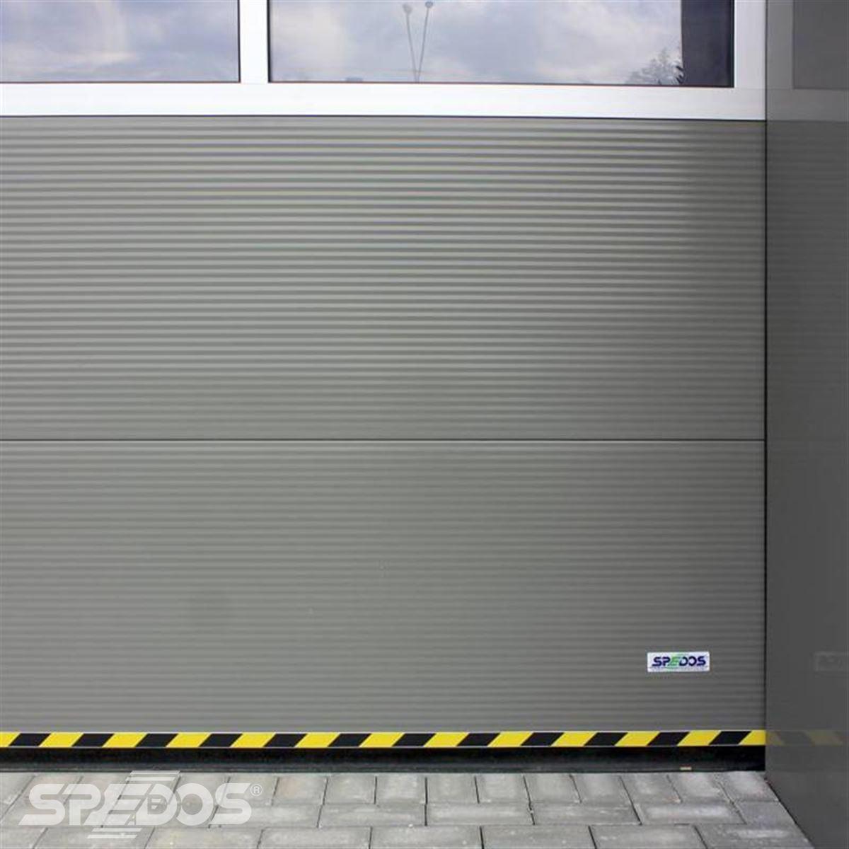 Průmyslová sekční vrata  s žlutočernou páskou