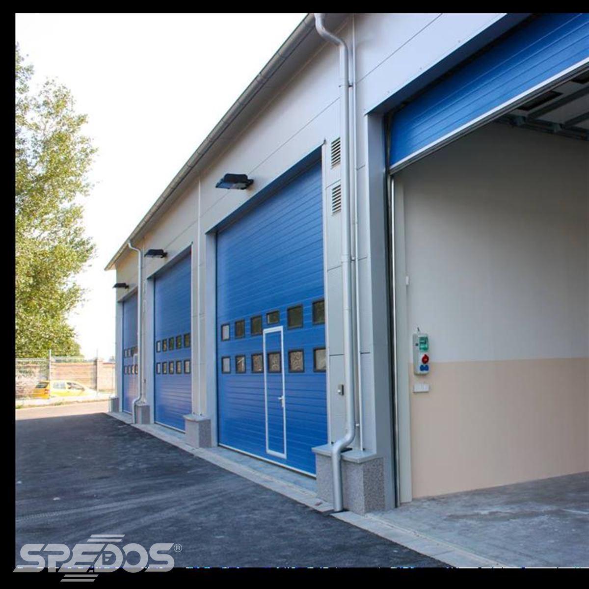 Průmyslová sekční vrata s posuvnými dveřmi pro TOI TOI Olonouc