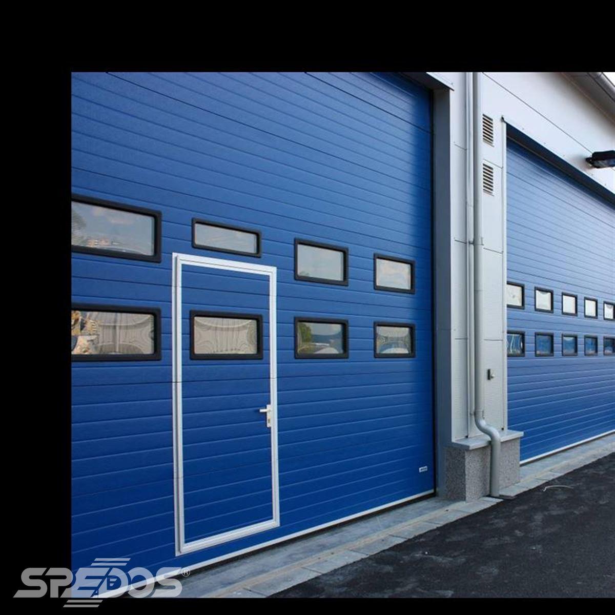 integrované dveře v sekčních vratech modrá