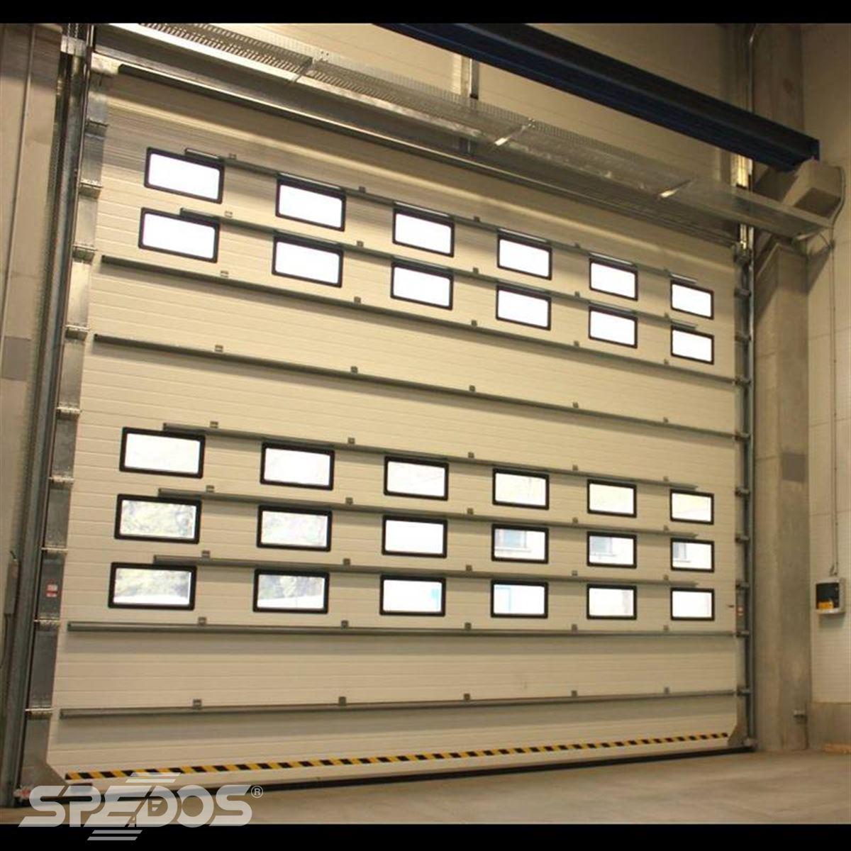 Průmyslová vrata s okýnky z PVC