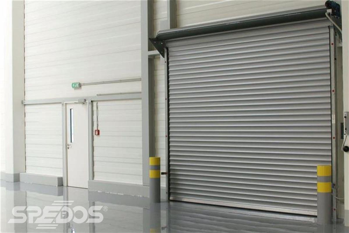 průmyslové rolovací vrata v hale