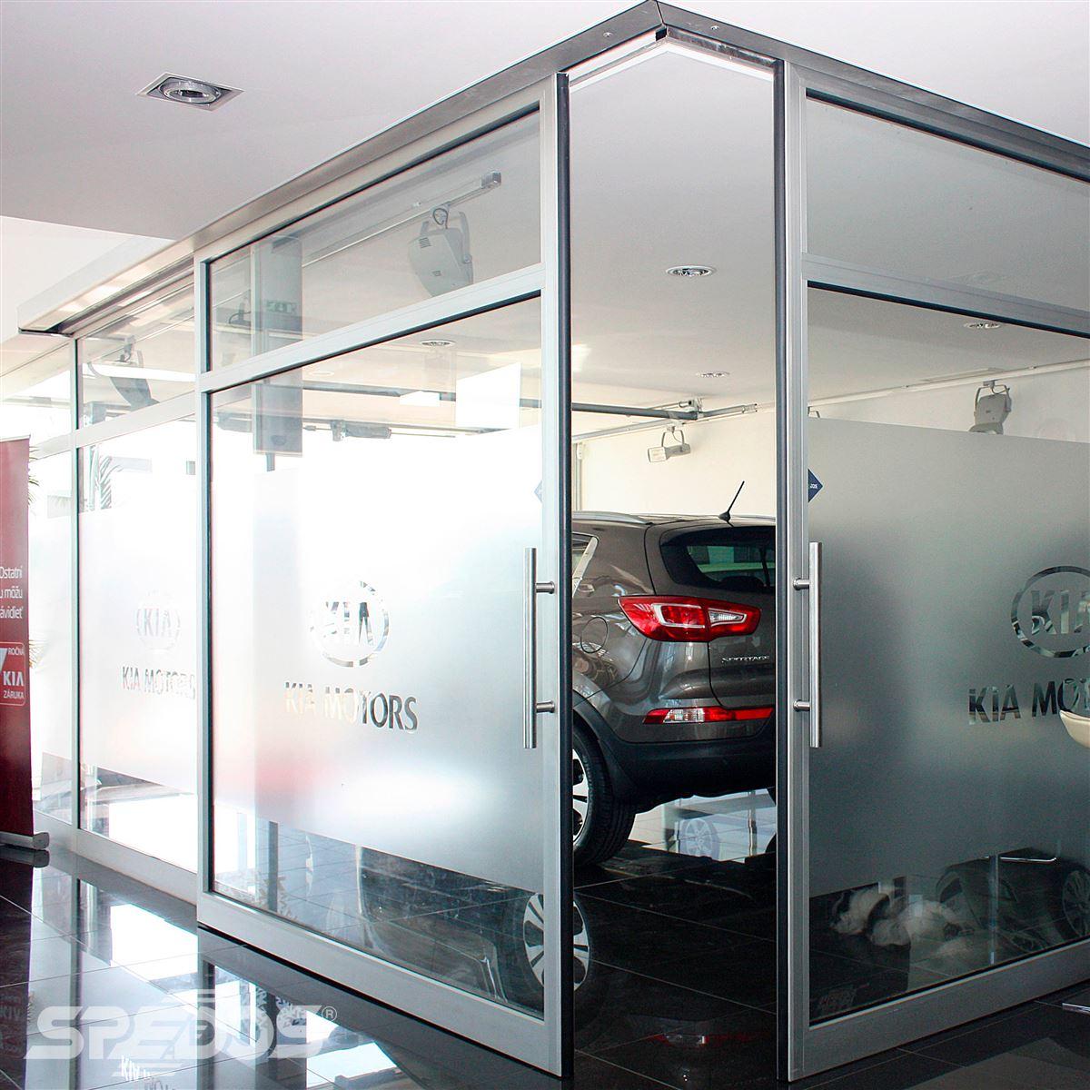 Dvoukřídlé automatické posuvné dveře v autosalonu