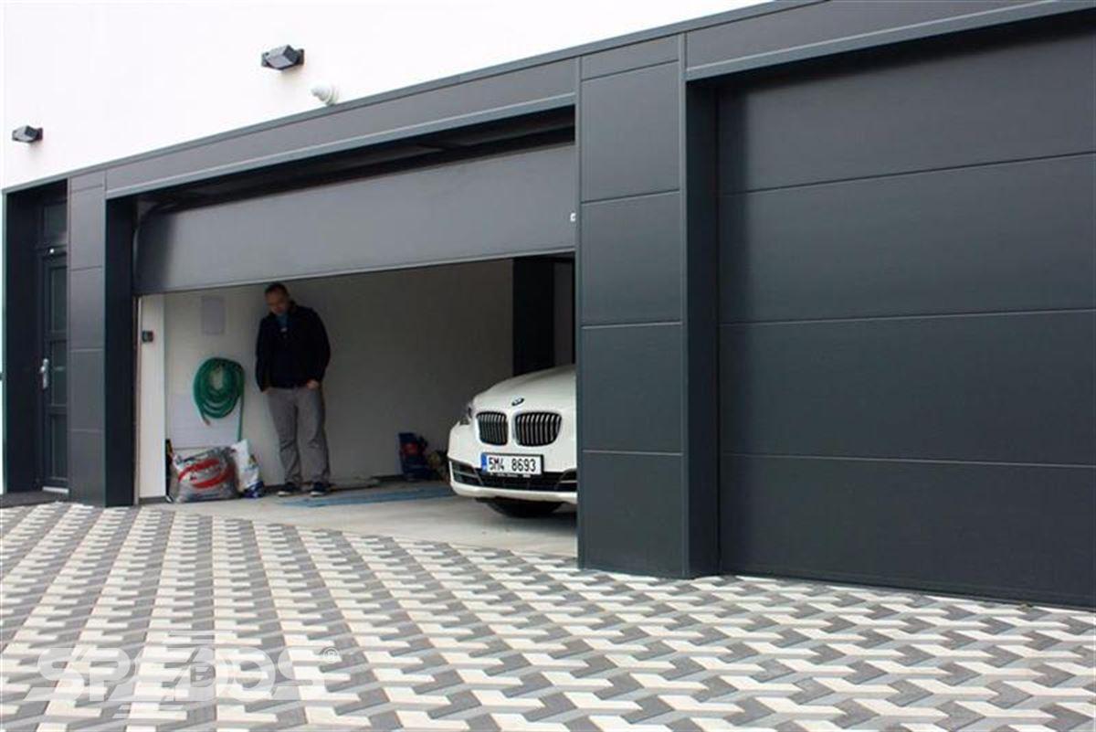 sekční garážová vrata tmavá