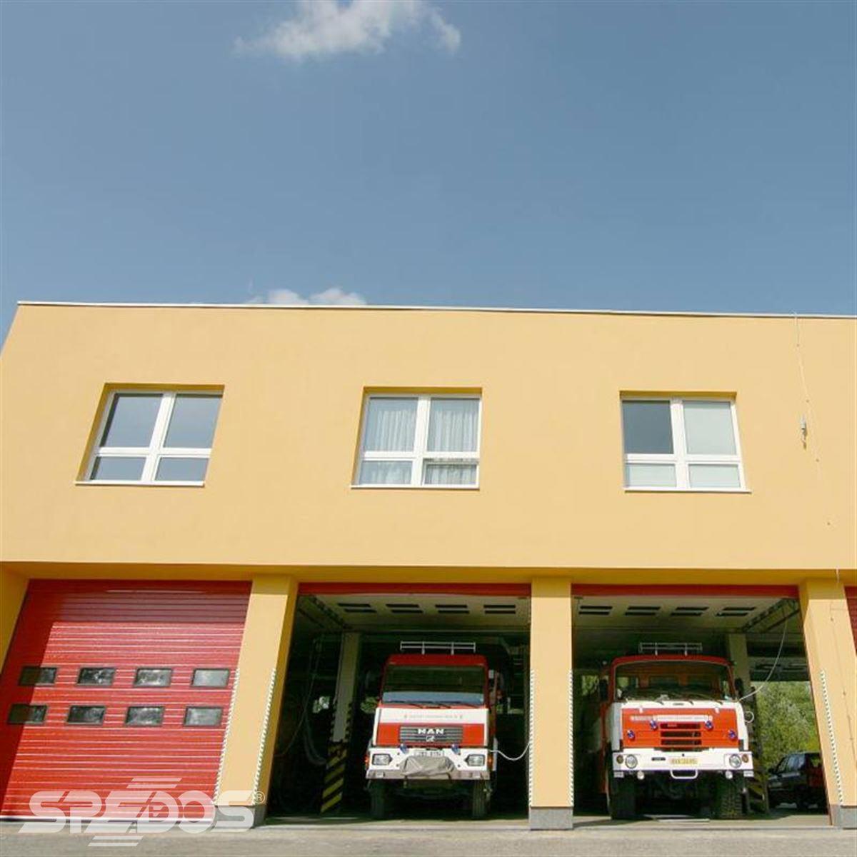 Sekční vrata pro vozidla hasičského sboru