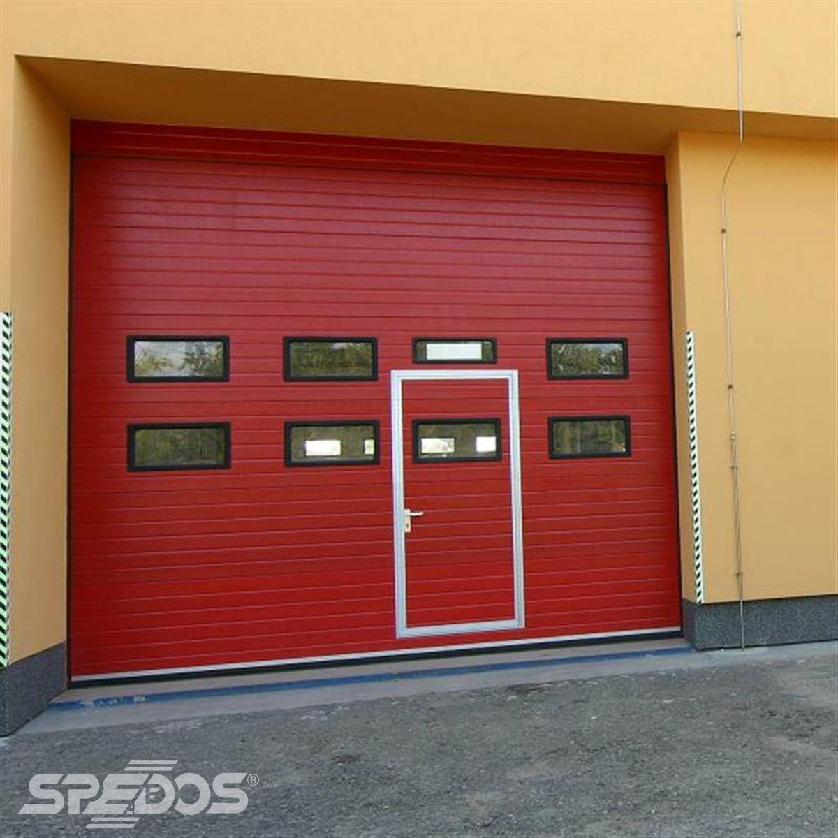 Průmyslová sekční vrata s dveřmi, červená
