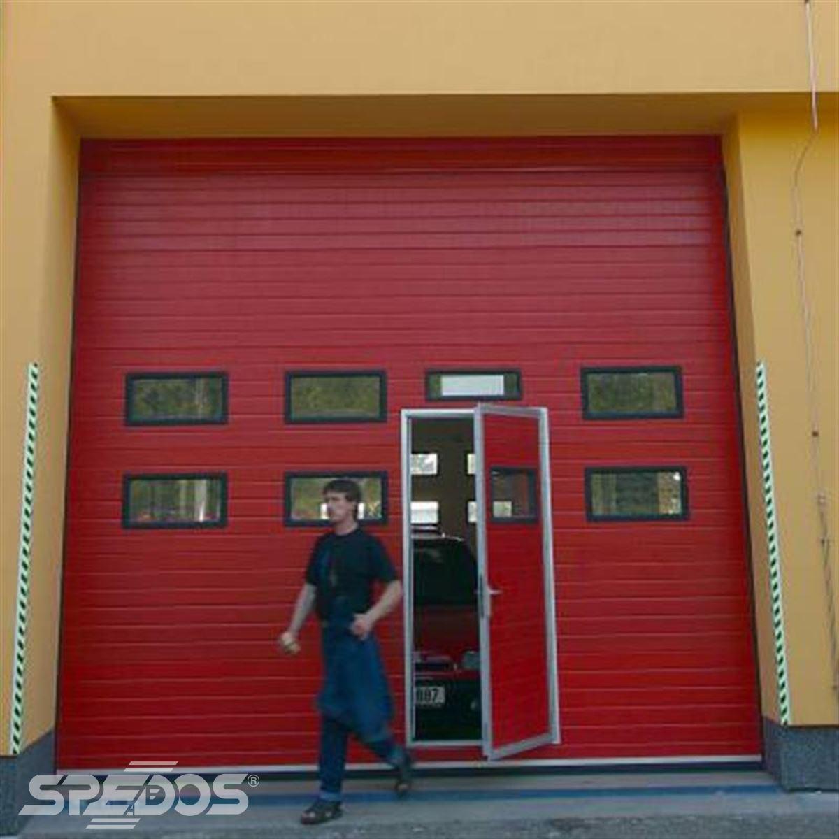 Garážová sekční vrata v červené barvě