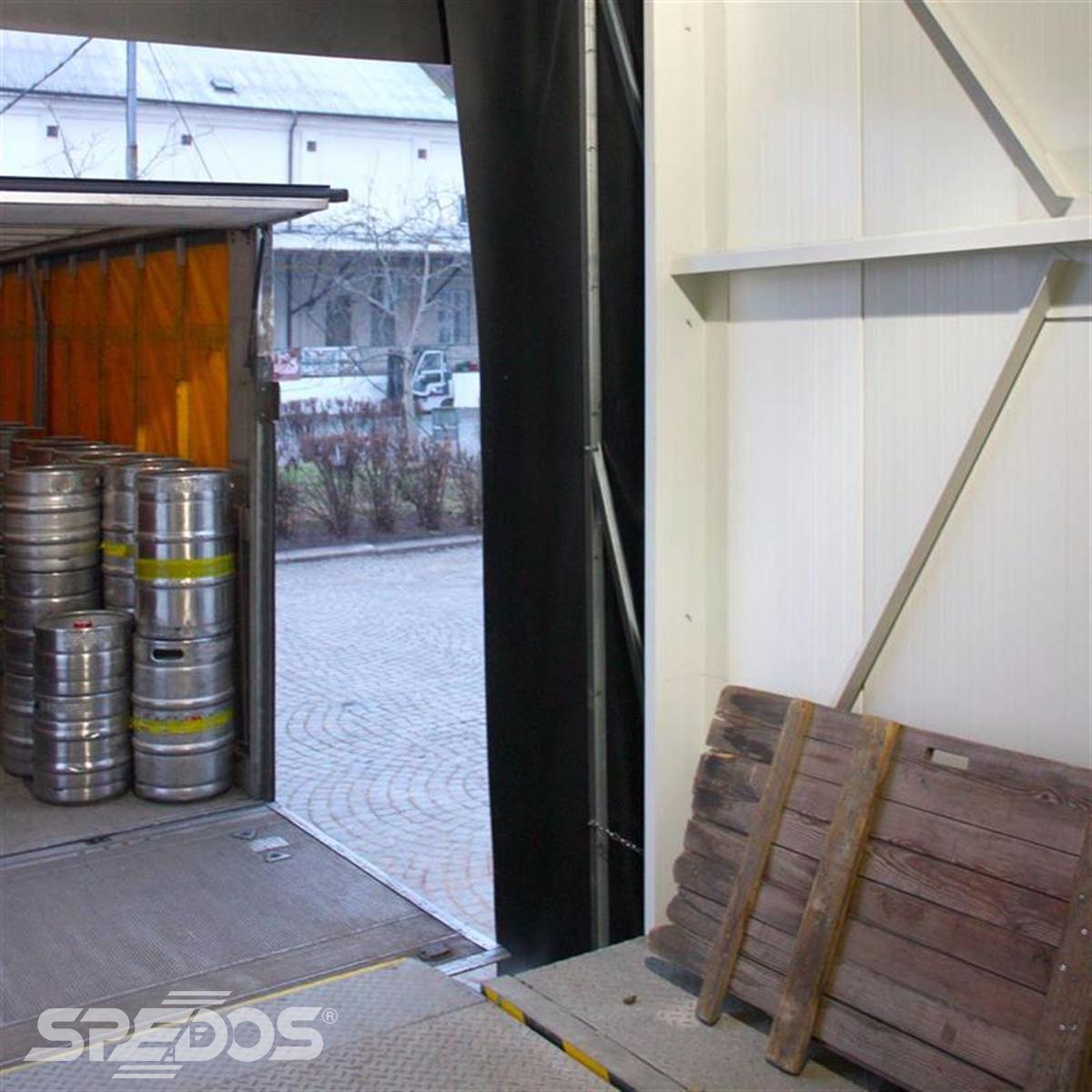 Sekční vrata s klapkovým těsněním proti úniku tepla