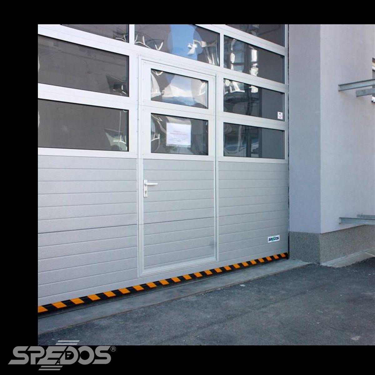 Průmyslová sekční vrata s dveřmi