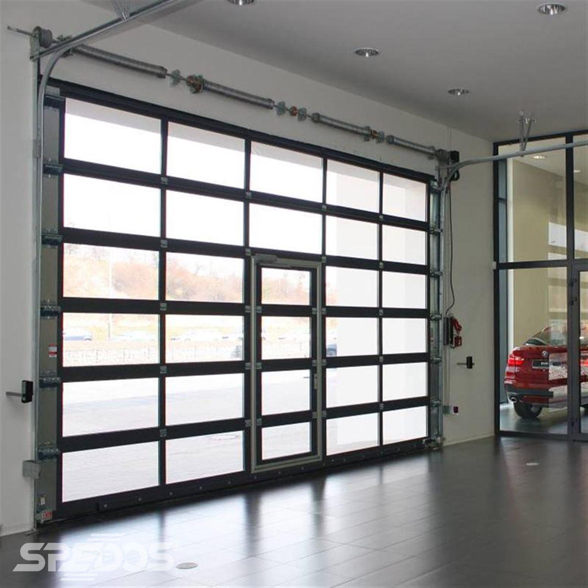 sekční vrata VM03 pro prestižní autosalon