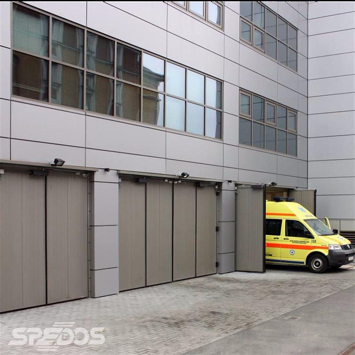 Ocelová vrata pro garáž  vozidel záchranné služby