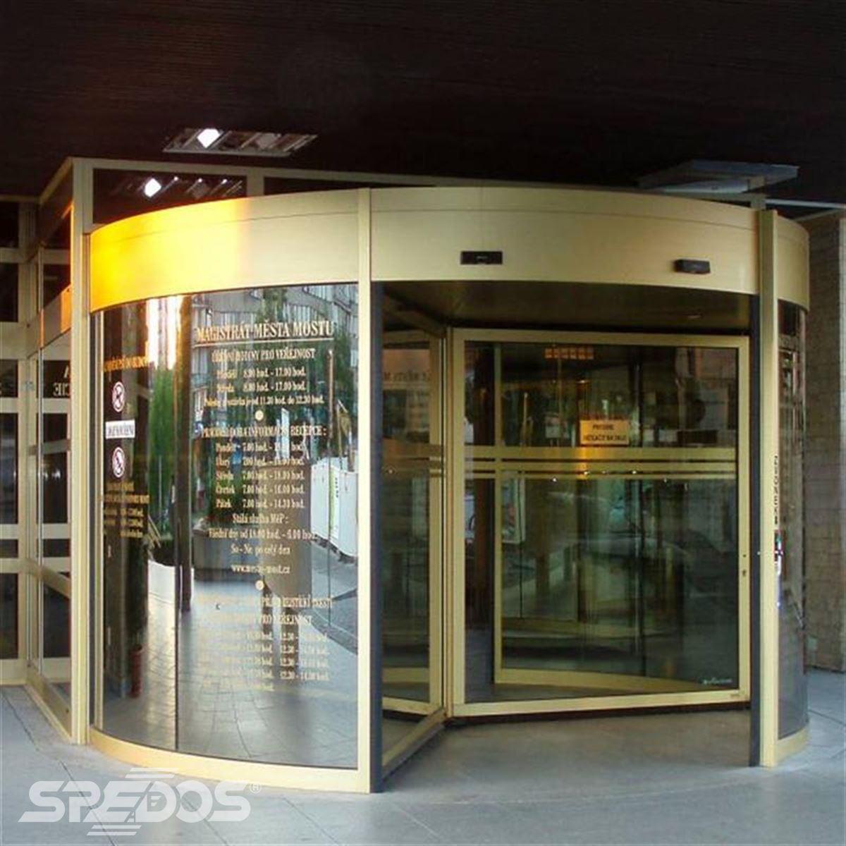 Elegantní karuselové dveře