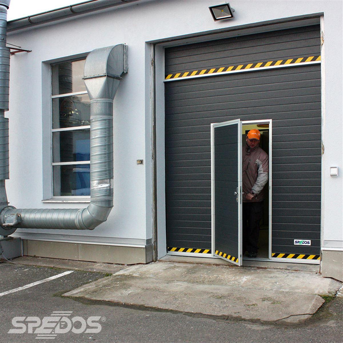 Sekční průmyslová vrata s dveřmi