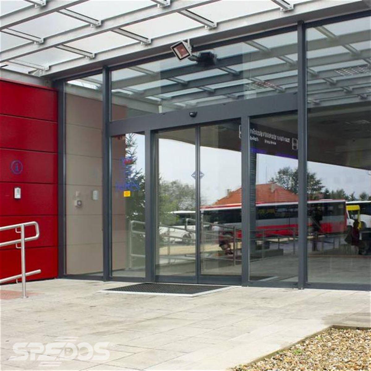 vstup na nádraží s automatickými dveřmi Spedos