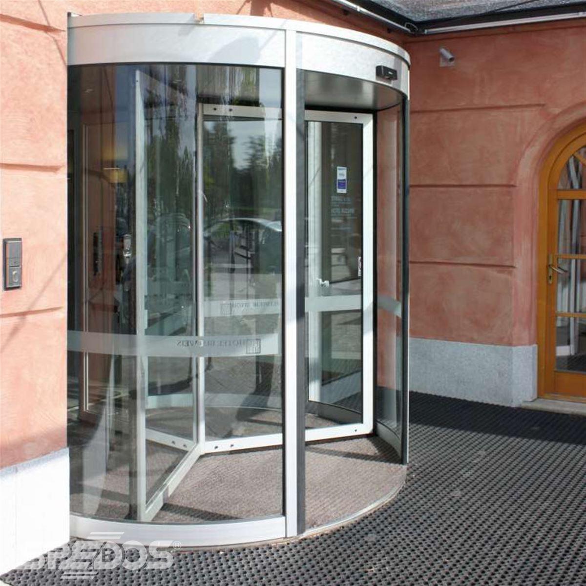 Karuselové dveře s bočními dveřmi