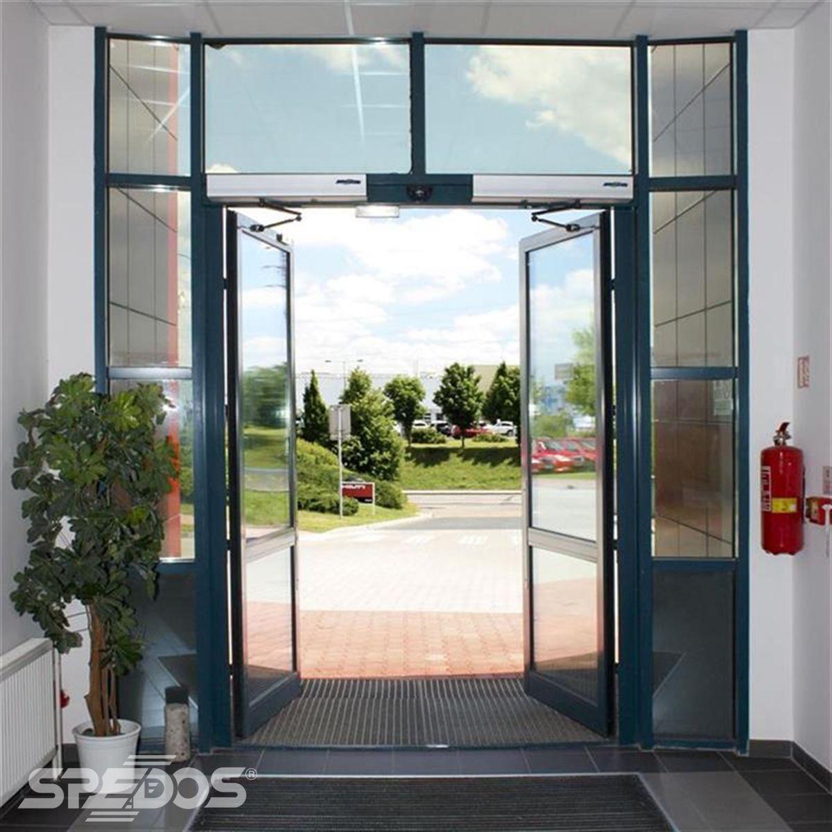 vstupné dvoukřídlé otočné dveře