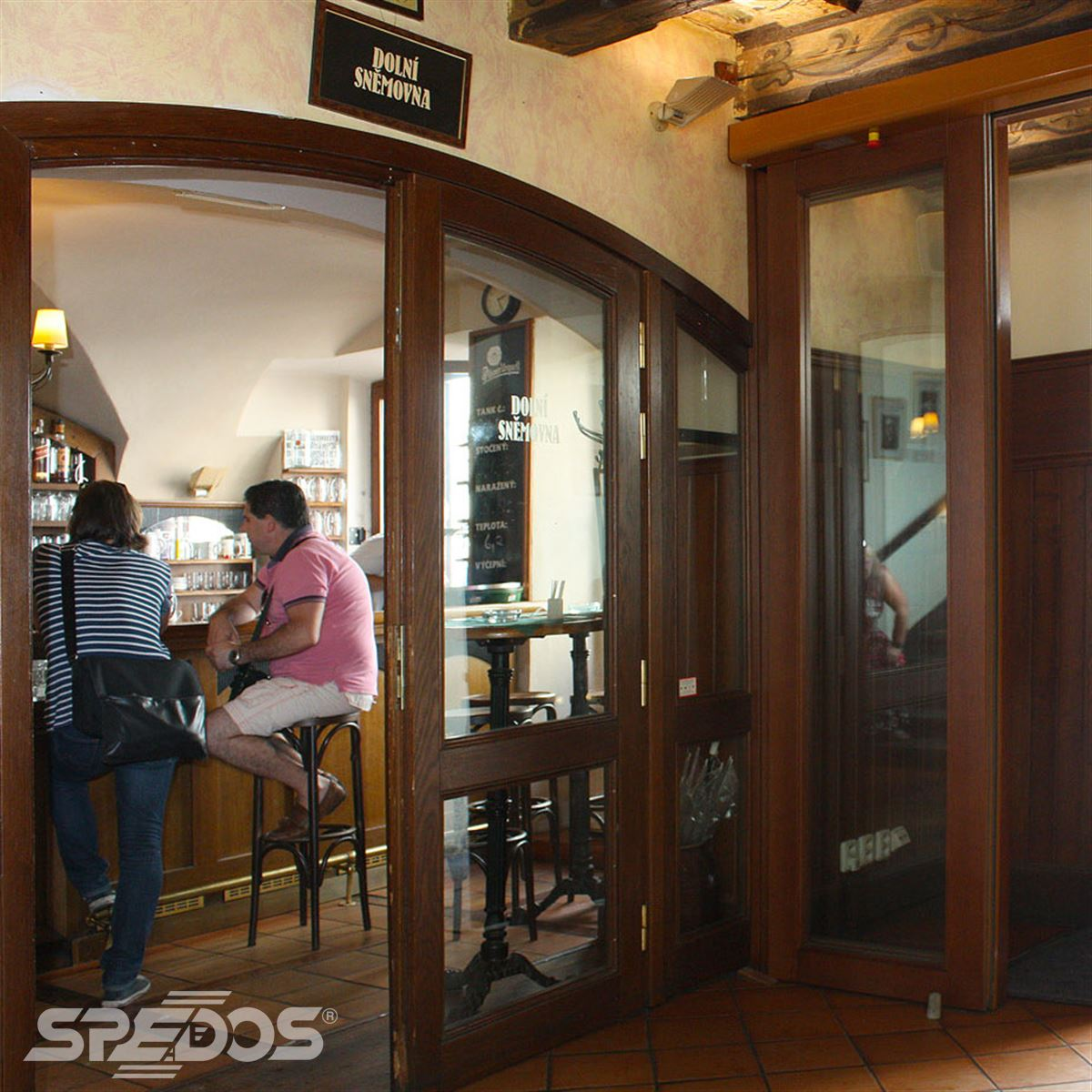 Automatické posuvné dveře s dřevěnou konstrukcí