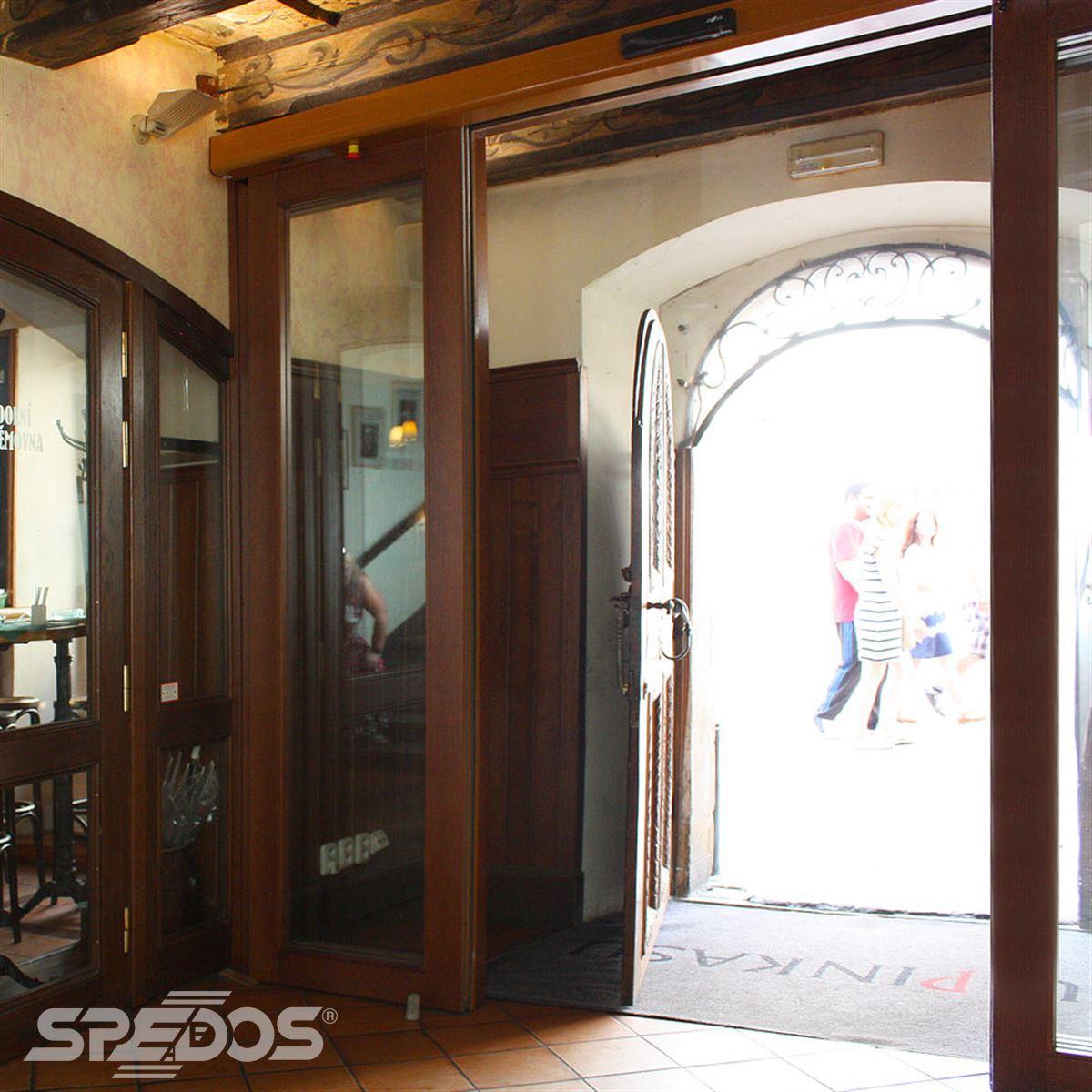 Dřevěné automatické dveře