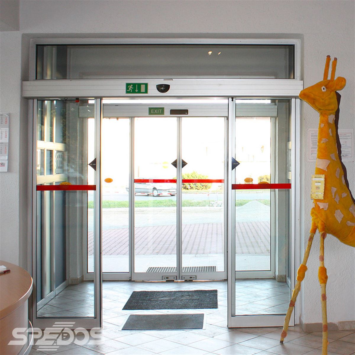 Dvoukřídlé automatické dveře posuvné v zádveří