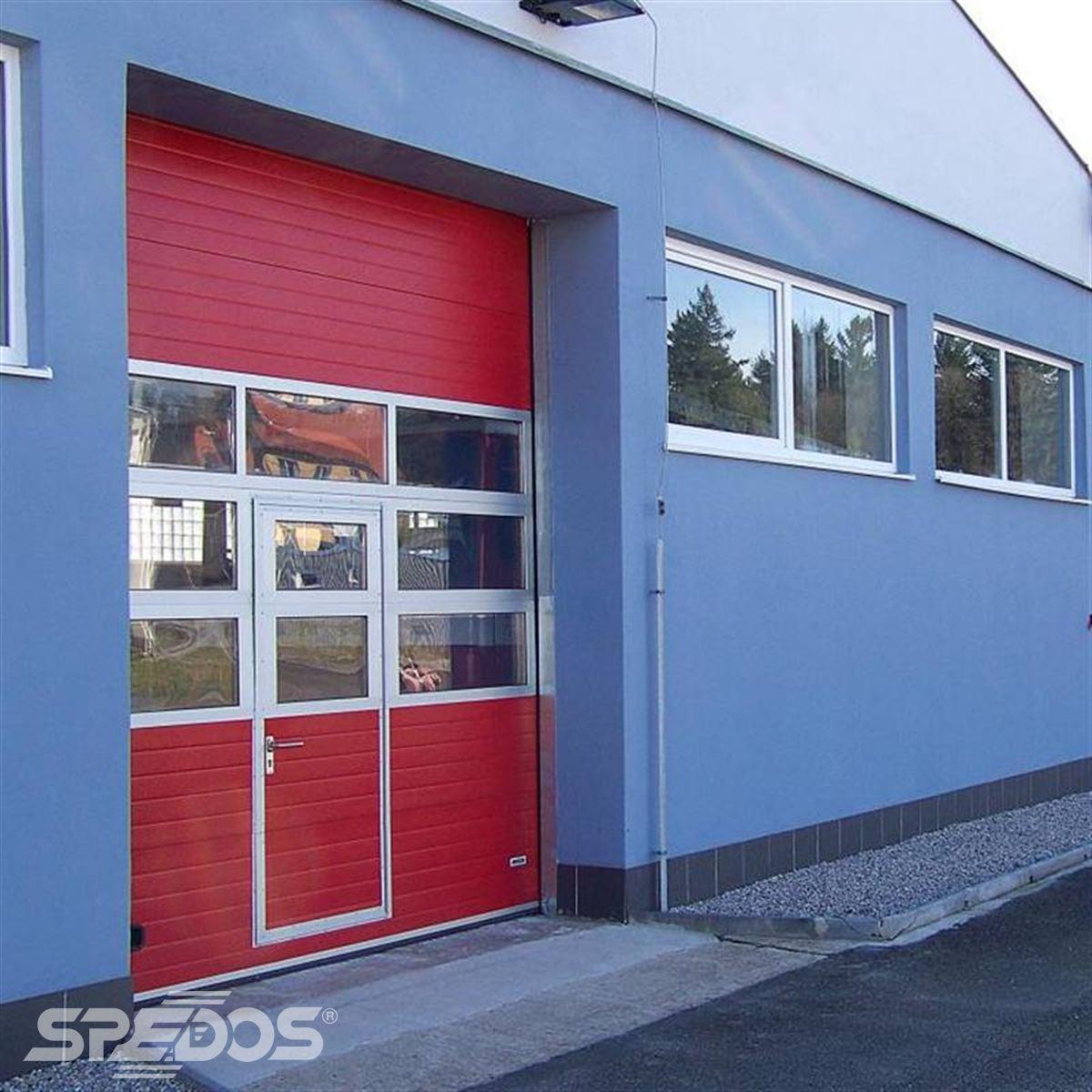 zateplená sekční vrata s průchozími dveřmi 3