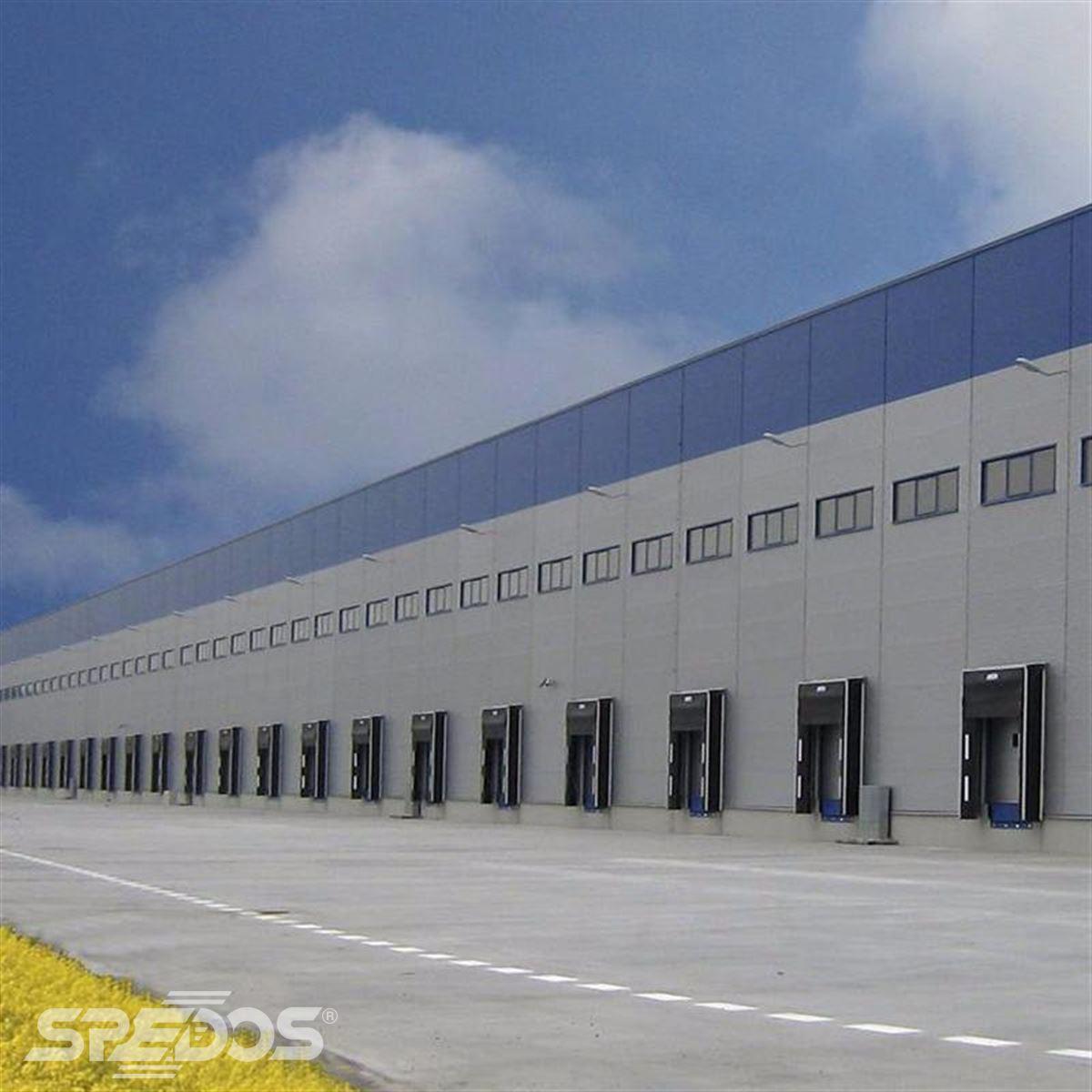 zateplená sekční vrata pro moderní logistické centrum