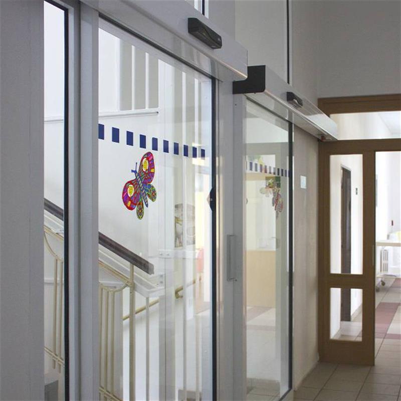 Dvoje jednokřídlé automatické dveře